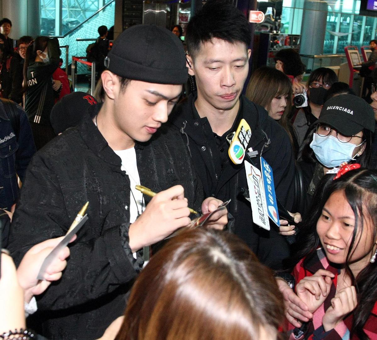 許凱一到機場就被粉絲重重包圍要求簽名合照。(八大提供)