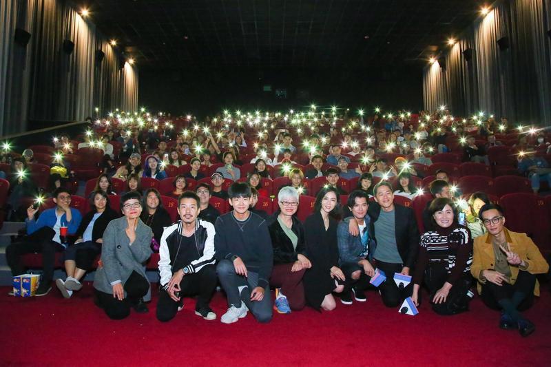 《誰先愛上他的》首映會現場,全體演員、編劇、與導演一起出席。(親愛的工作室提供)