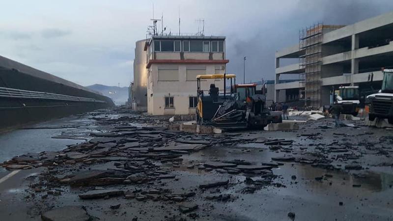義大利薩沃納港口上百台瑪莎拉蒂,因海水倒灌導致電瓶爆炸產生大火燒毀。(The Local Italy twitter)