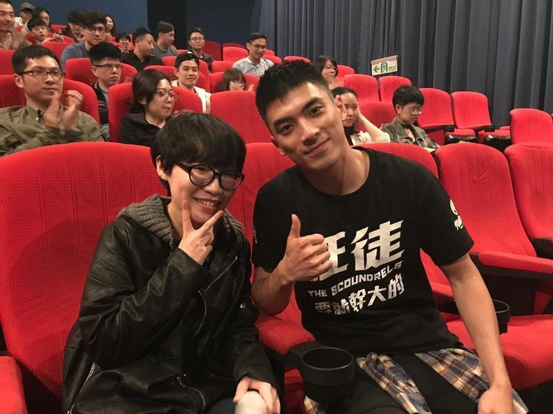 《狂徒》在釜山影展放映後,林哲熹(右)意外多了韓國粉絲來台朝聖。(林哲熹提供)