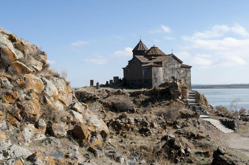 亞美尼亞阿拉加茨山上的雪景與修道院,是中東菲勞必遊景點。(東方IC)