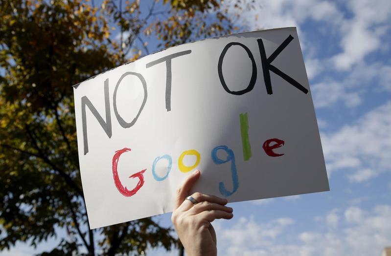 全球Google員工走出辦公室,抗議公司對性騷擾員工的高層處理方式不佳。(東方IC)