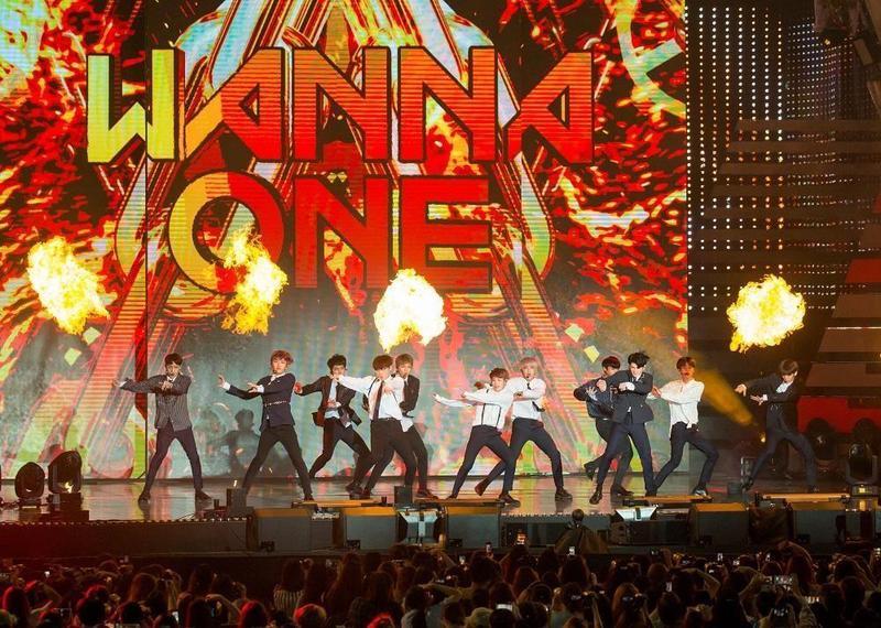 《PRODUCE  101》第二季選出的11人男團Wanna One,限定期間頻開粉絲見面會及演唱會,吸金功力驚人。(東方IC)