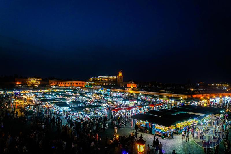 入夜的德吉瑪廣場,可以從周圍的咖啡廳頂樓拍到夜景。