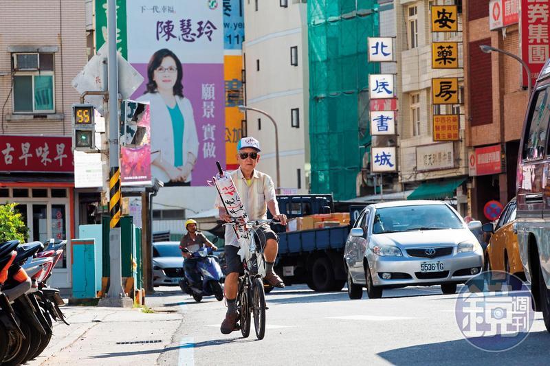 林挺泰總是騎著一台腳踏車、車上放著大字報,四處抗爭。