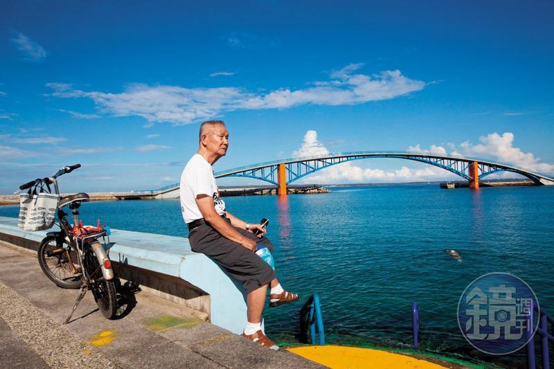 林挺泰帶我們到觀音亭,此處遊客多,因此也成了他的抗爭場所之一。他說,妻子在世時2人也常到觀音亭海邊走走。