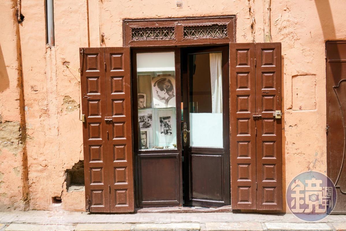 老舊理髮廳的門口。