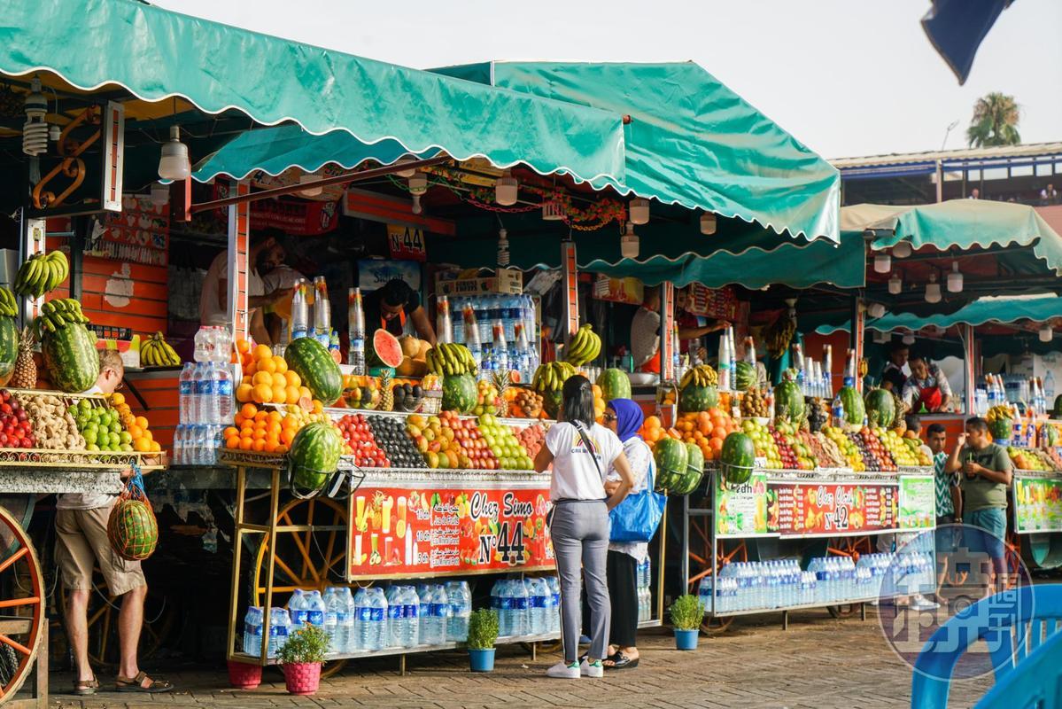 摩洛哥盛產柳橙,高高堆起的水果果汁攤,是這兒的特色。