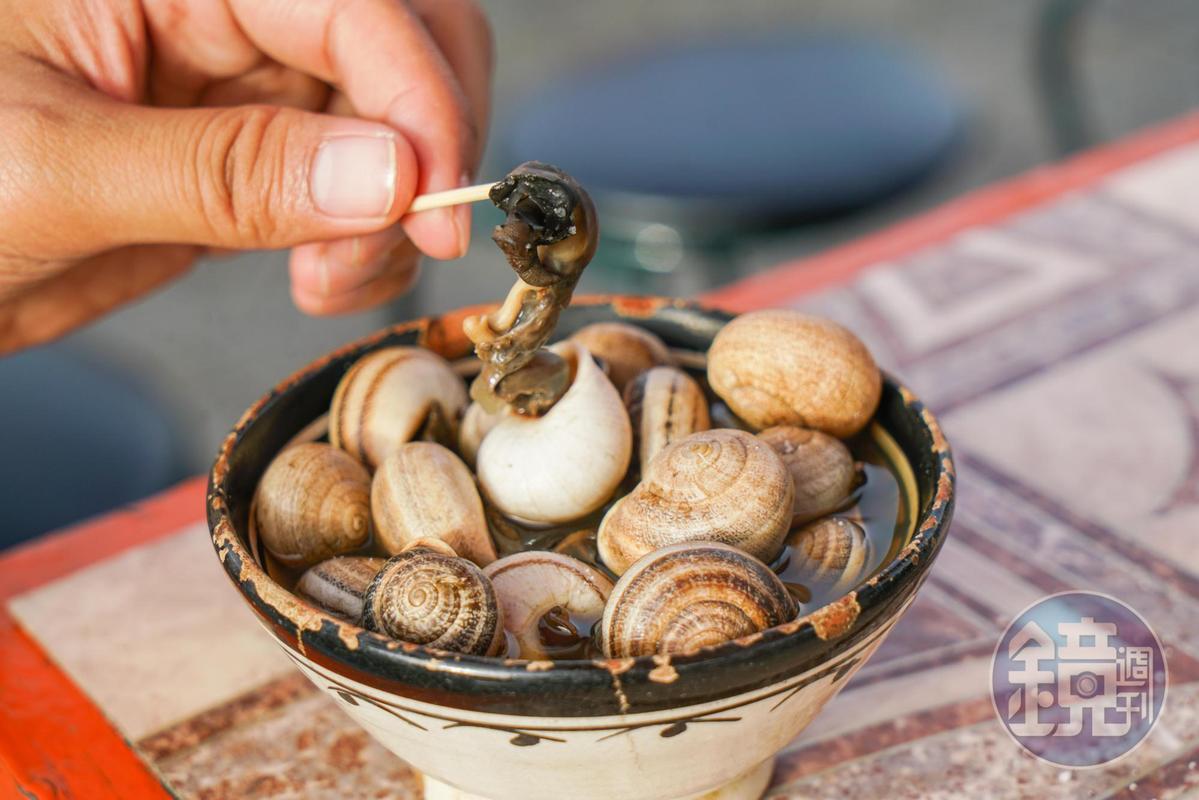 有中藥味道的蝸牛湯湯底,蝸牛嘗起來軟爛,用牙籤拉起來還看得到觸鬚。(迪拉姆5元/份,約NT$16)