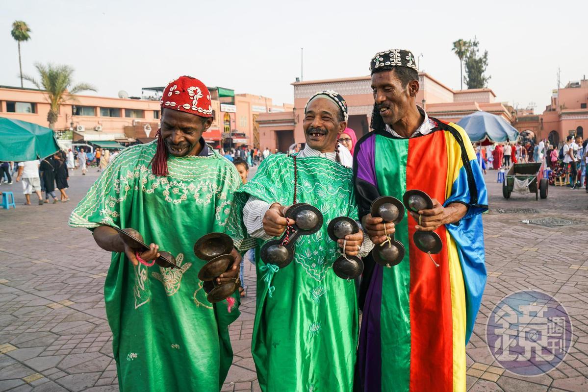 演奏傳統樂器的賣藝者,在廣場上如果拿起相機隨意拍照,很容易被包圍要錢。