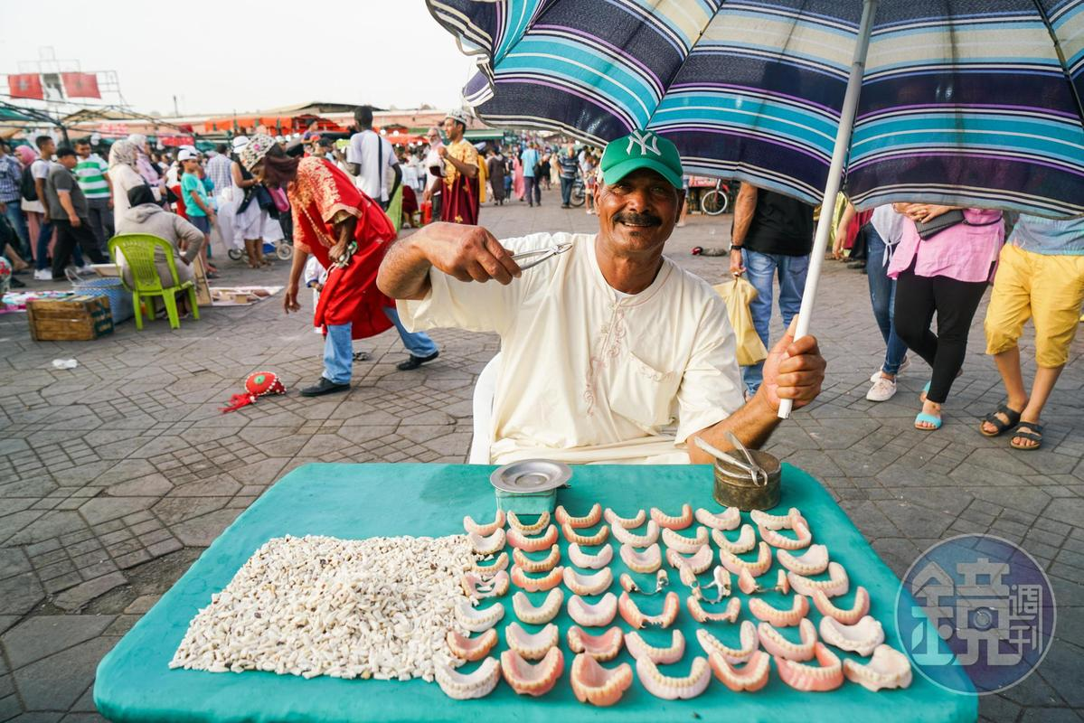 賣牙齒兼拔牙的攤販,據說想拔牙者可找他,價格非常便宜,過程就不得而知了。