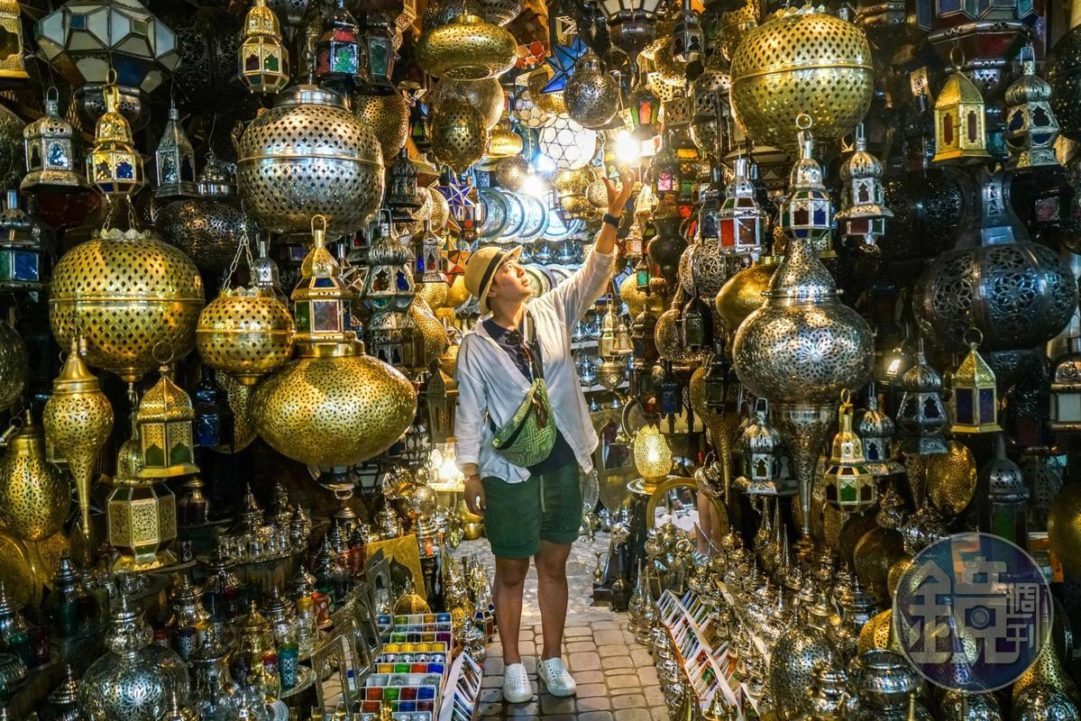 馬拉喀什有許多這樣的燈店,一點燈,整個世界非常炫目。