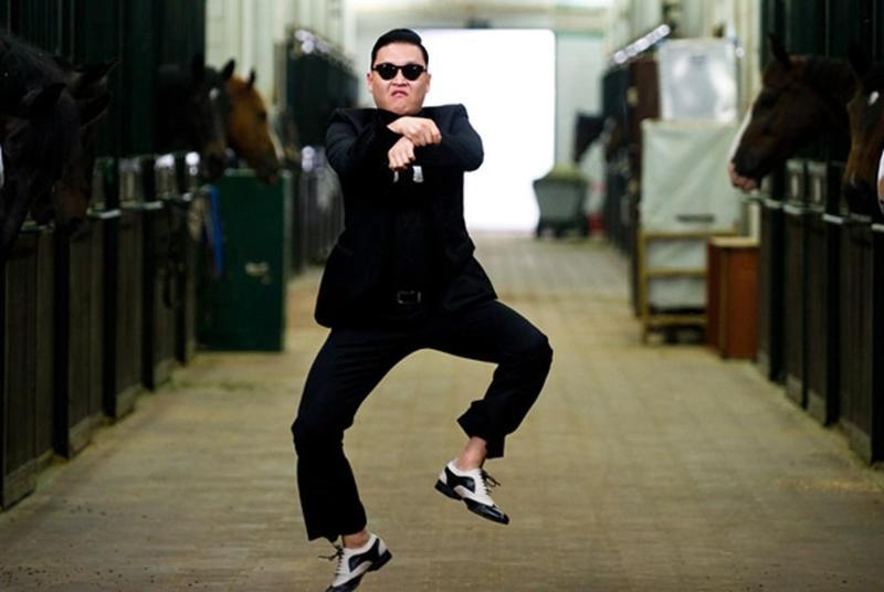 PSY的歌曲《江南STYLE》搭配騎馬舞,2012年藉由YouTube的傳播紅遍全球。(翻攝自Daum網站)