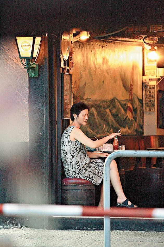 藍潔瑛曾被拍到在街上閒晃,或是坐在路邊抽菸。(東方IC)