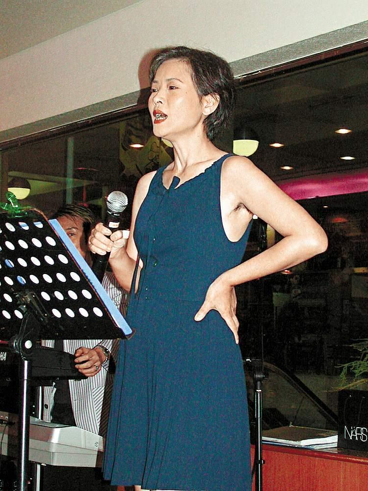 2006年藍潔瑛曾落魄至酒樓登台唱歌。(東方IC)