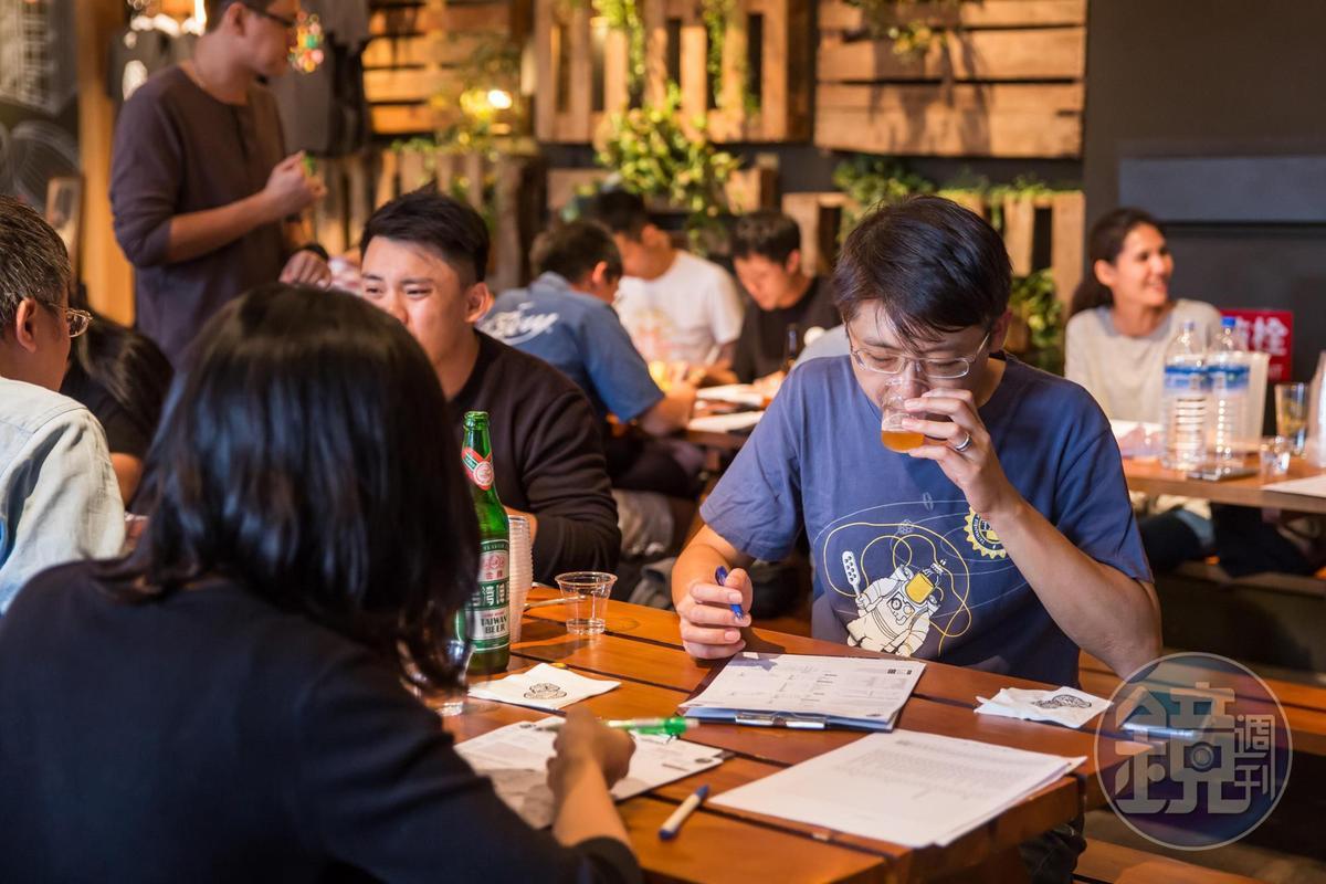宋培弘(右1)也是自釀啤酒狂熱份子俱樂部社團成員之一,今年他擔任自釀大賽評審。
