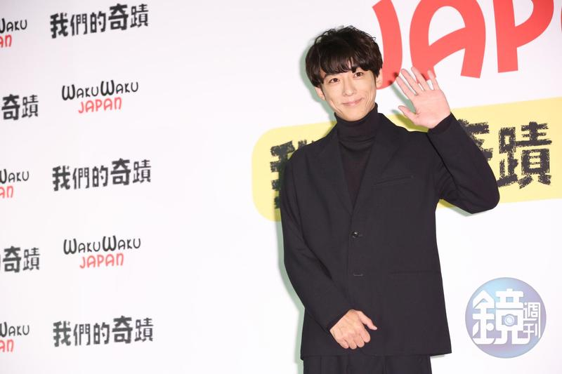日本男神高橋一生為新戲《我們的奇蹟》來台宣傳,穿著全黑帥氣西裝現身。