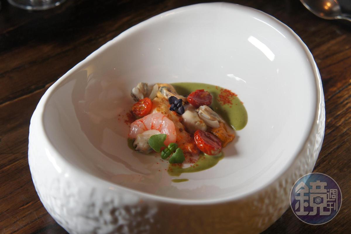 「海鮮燉飯、生蠔、紅蝦、螯蝦、海膽」選用不同生熟狀態的海鮮,呈現食材勾人的鮮美色澤。