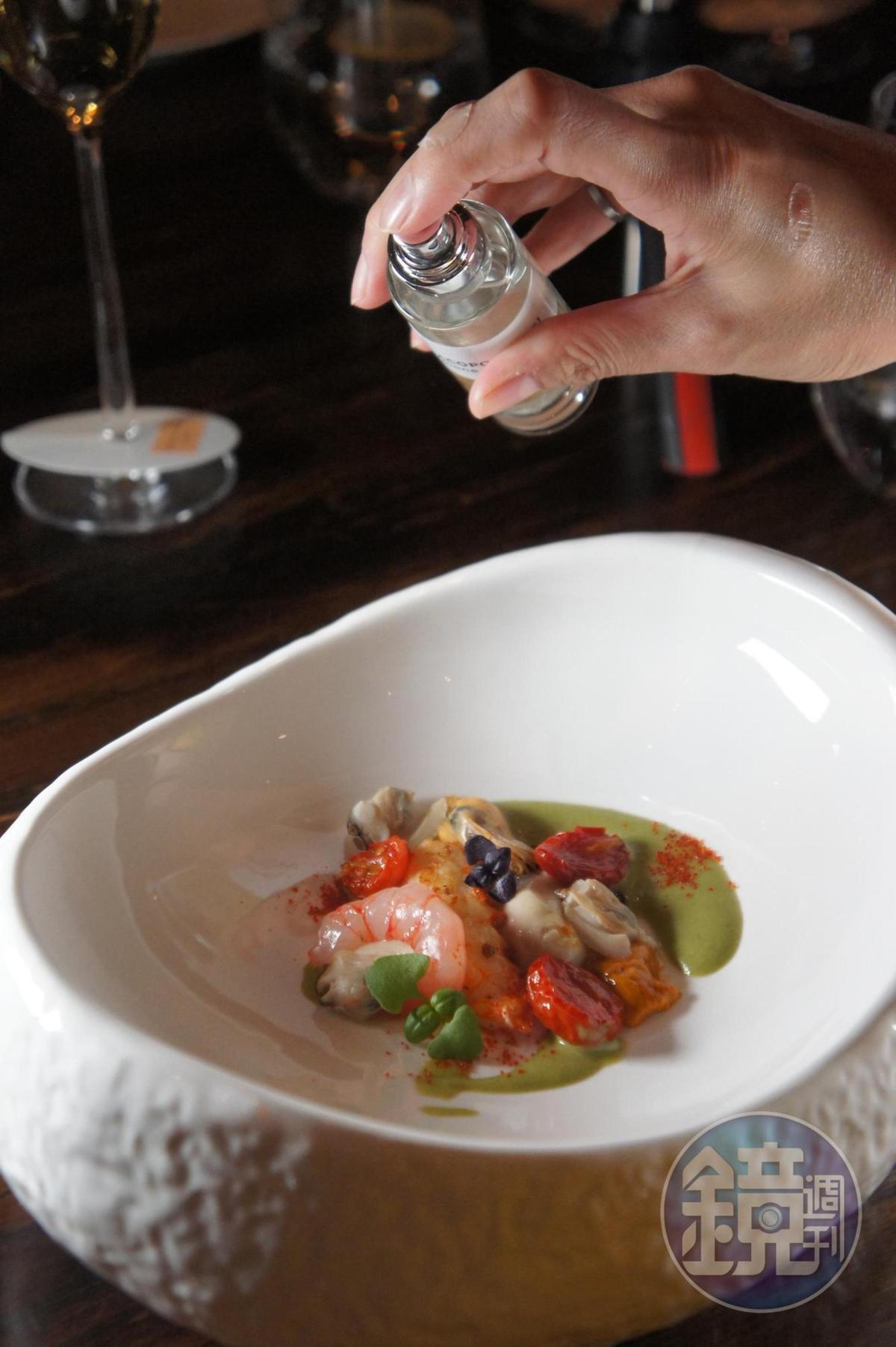 「海鮮燉飯、生蠔、紅蝦、螯蝦、海膽」上桌時會先噴上檸檬香氛。