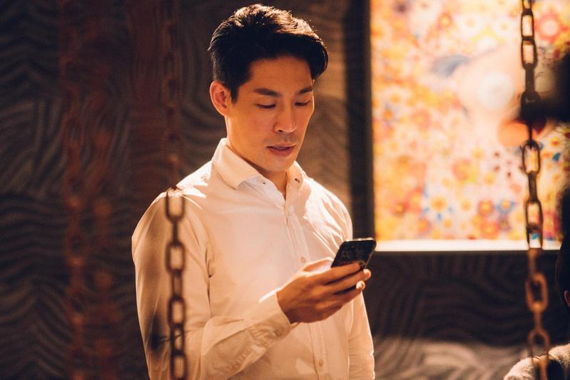 藍鈞天在新劇《20之後》飾演「海歸」學者簡楊城,因家庭教育關係成了個媽寶。(公視提供)