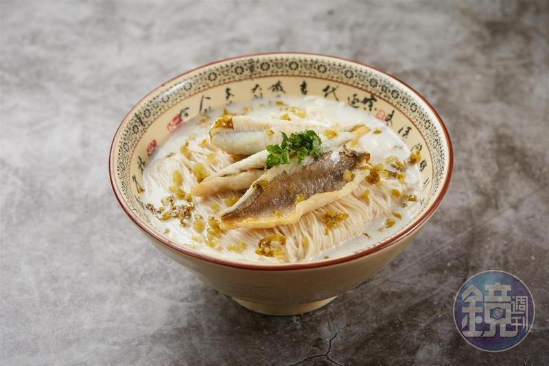 越來越少餐廳願意做的「招牌雪菜黃魚煨麵」,費工耗時,湯鮮味濃,吃完有幸福的感覺。(368元/碗)