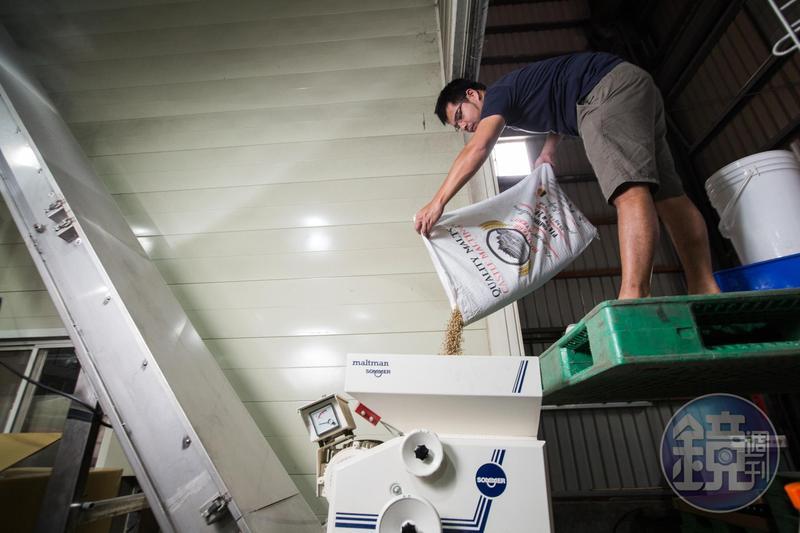 段淵傑是3人中唯一有商業釀造經驗的人,白天他是北台灣麥酒廠釀酒師,正在磨麥準備釀酒。