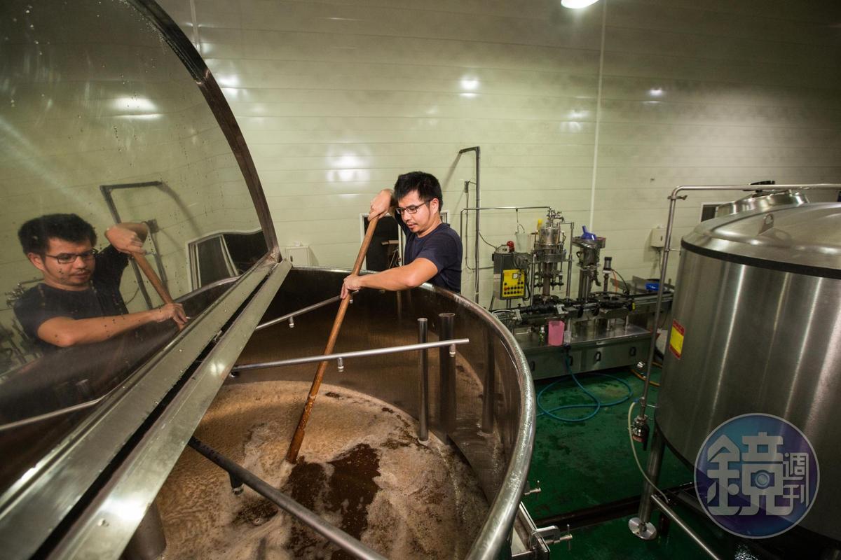 將麥汁加溫到大約60至70度,高溫可使麥芽本身含有的澱粉轉化為醣。