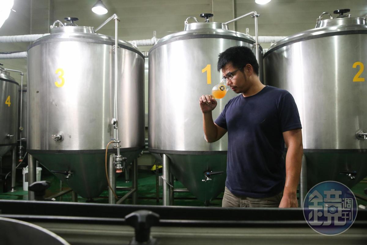 發酵的過程中,需要數次的取樣品飲,確保風味符合釀酒師預期。