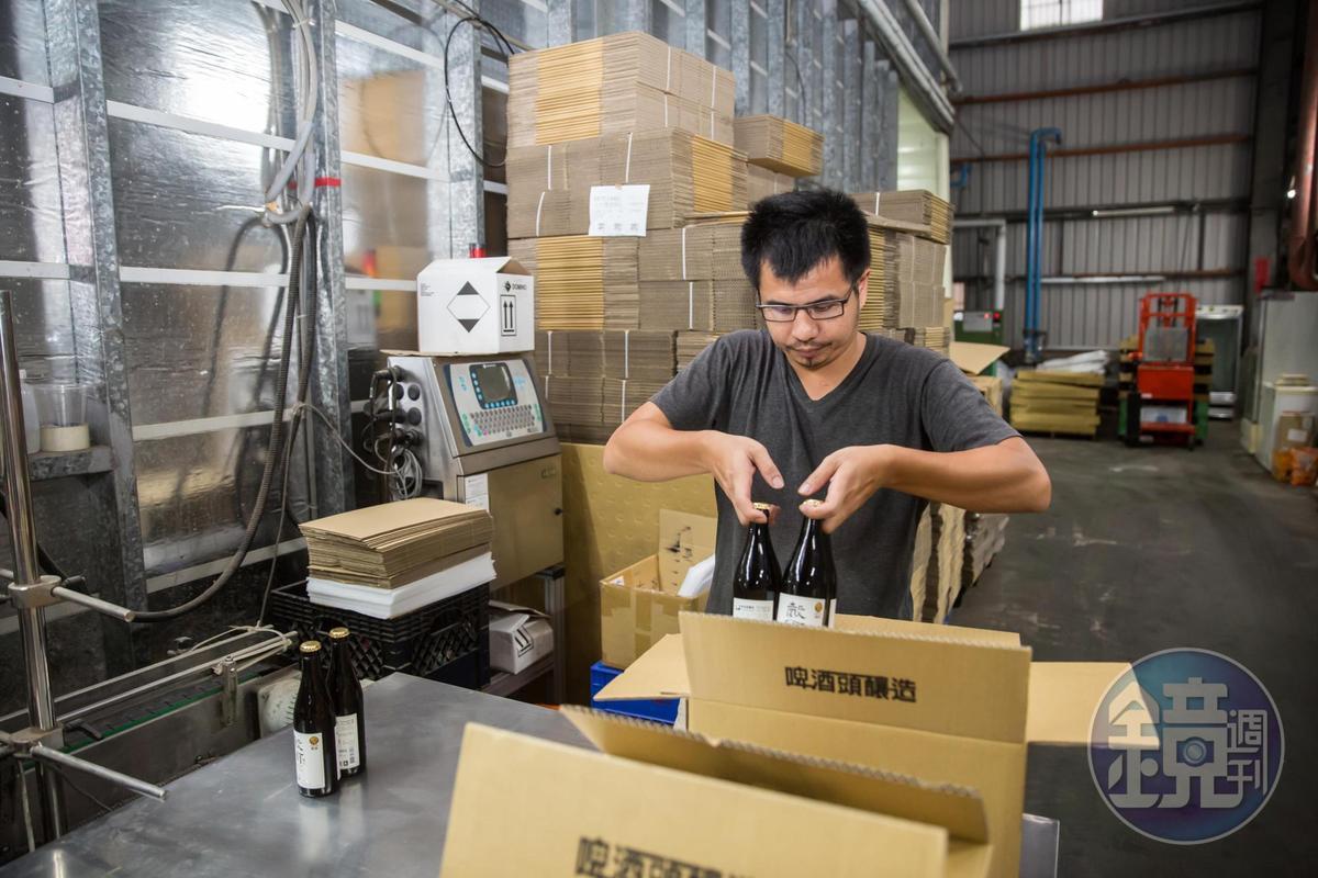 為確保啤酒出廠品質,裝箱前段淵傑會逐一檢查。