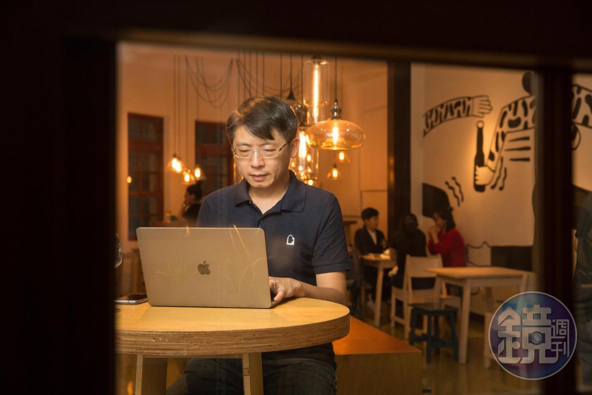工程師出身的宋培弘負責經營臉書粉絲團。