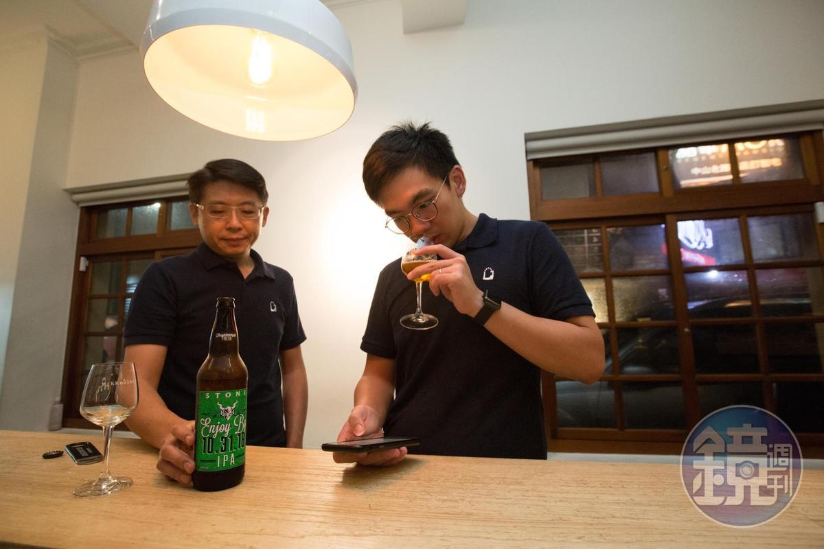 宋培弘(左)與葉奕辰(右)除了享受喝酒的快感,也會試圖鑽研拆解背後的釀造原料與方法。