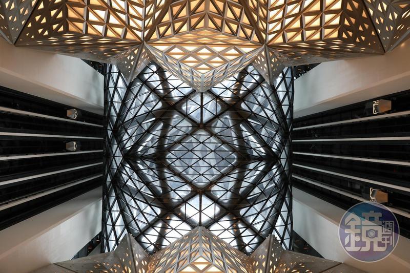 從「摩珀斯酒店」大廳抬頭往上看,是多邊形組合而成的複雜構圖。