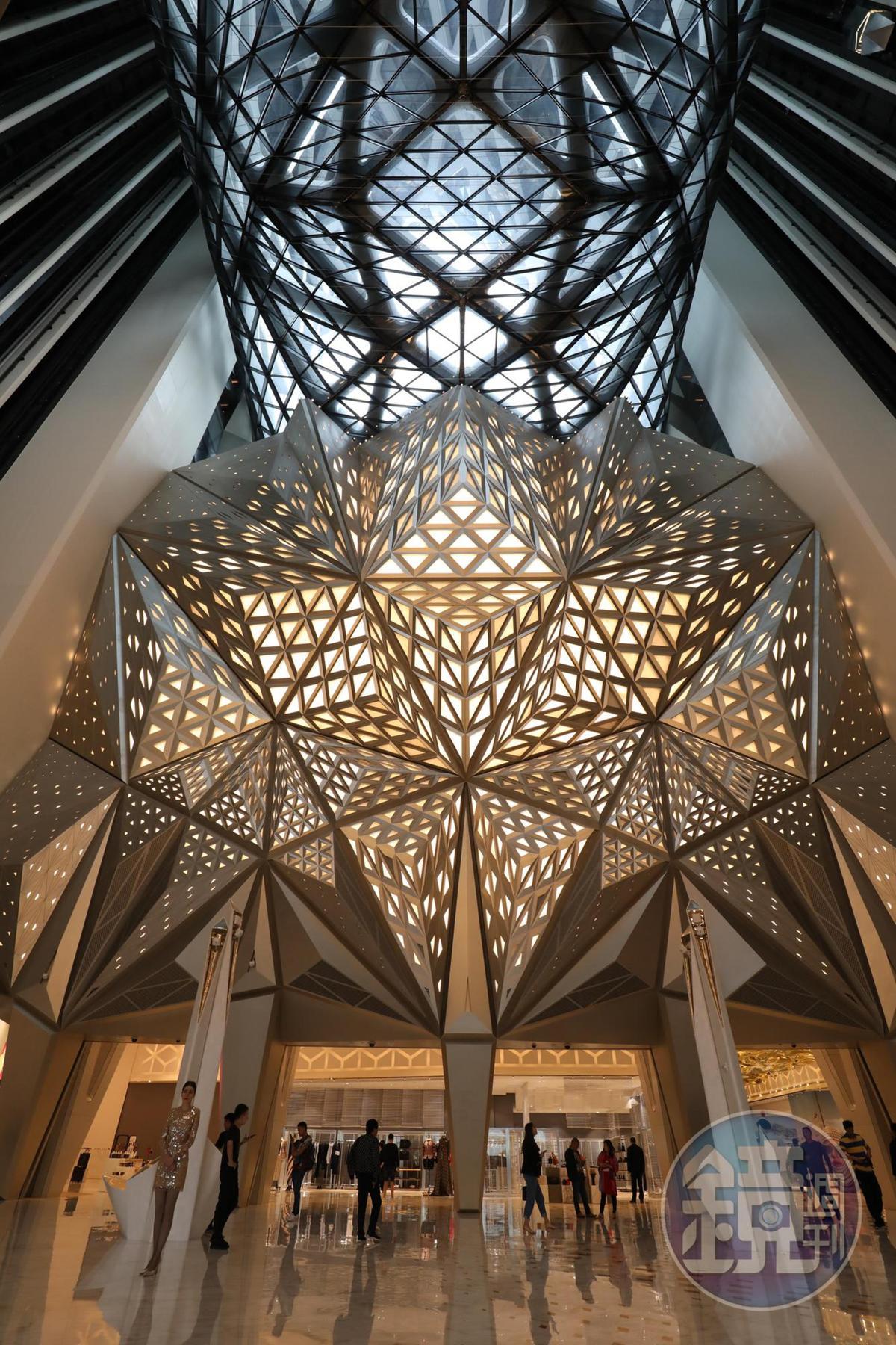 建築師札哈‧哈蒂(Zaha Hadid)女爵士讓人震撼的Free Style,在摩珀斯酒店裡華麗呈現,讓人看得目不暇給。