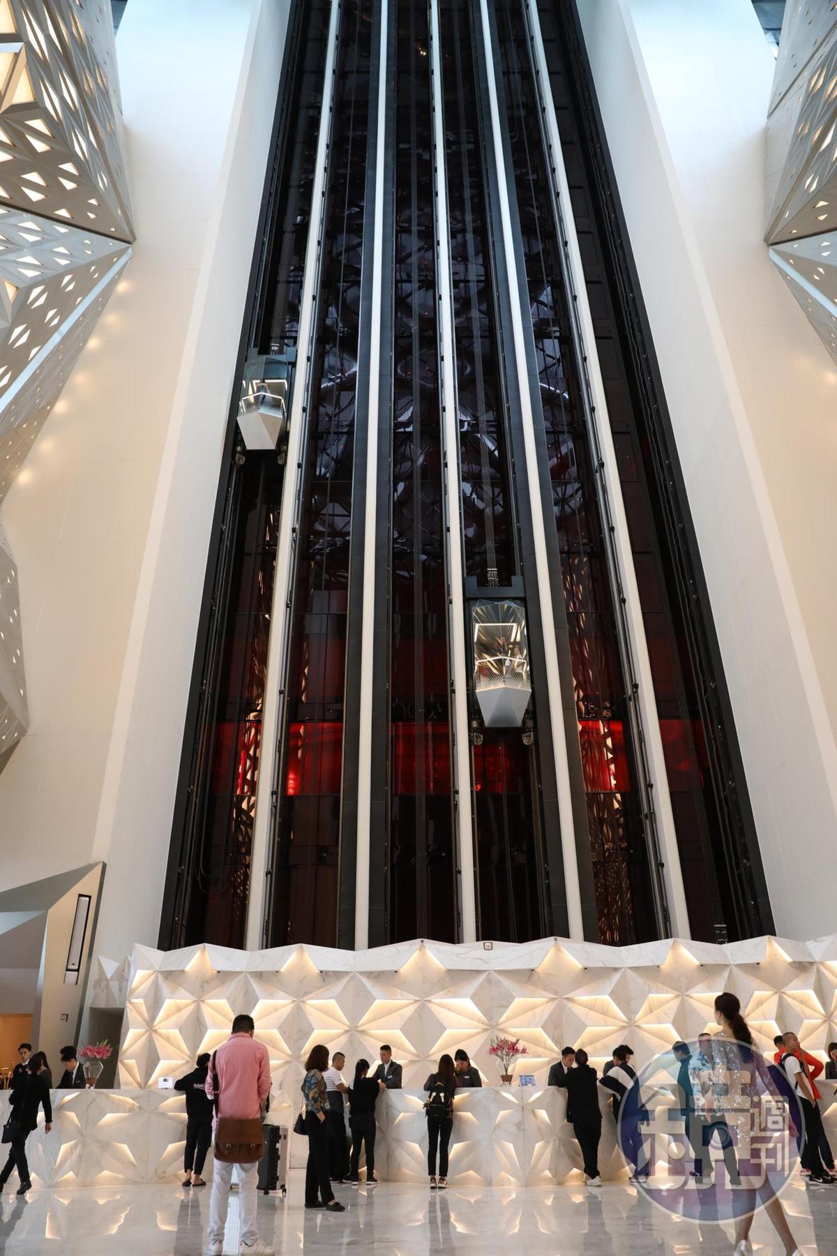 酒店大廳有35公尺高,兩旁是12台透明景觀電梯,電梯上上下下,來來回回,讓人上癮。