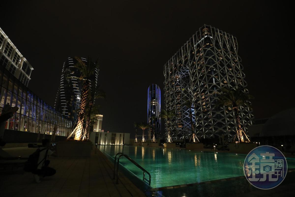 當夜色降臨,摩珀斯的網狀鋁製覆面呈現不同光澤,展現別樣風情。