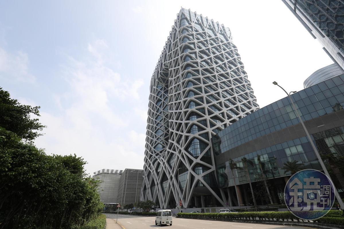白天可清楚看見這棟全球首座自由型態外骨骼結構摩天大樓的奇特造型。