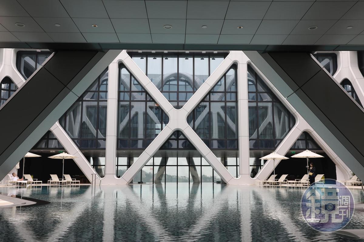位在40樓高的天際泳池,構圖美妙,也是曬太陽的好地方。