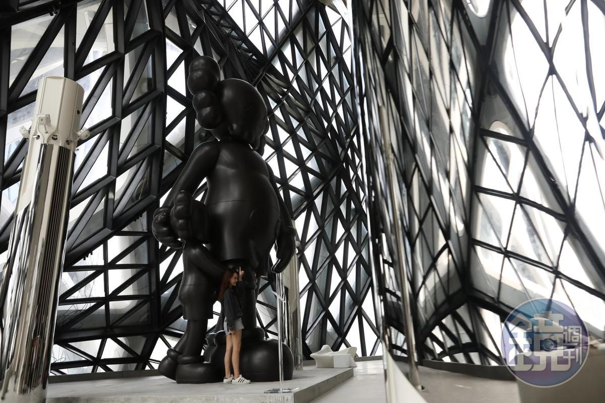 藝術家KAWS將他設計的2個著名角色,以一對父子的型態打造成作品《Good Intention》,吸引許多遊客來朝聖。
