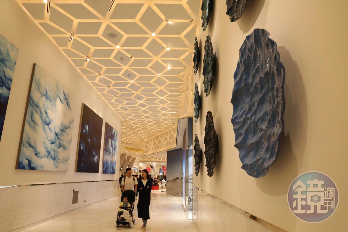 購物走廊兩側都有看頭,右邊是法國藝術家Mathieu Lehanneur以全球9個海洋顏色繪製的陶盤,左邊是中國藝術家趙趙的作品《Sky》。