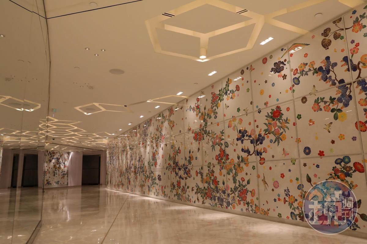 日本藝術家大卷伸嗣創作的《Echo Infinity》,由色彩繽紛的花藝圖構成一條顏色鮮豔的走廊。