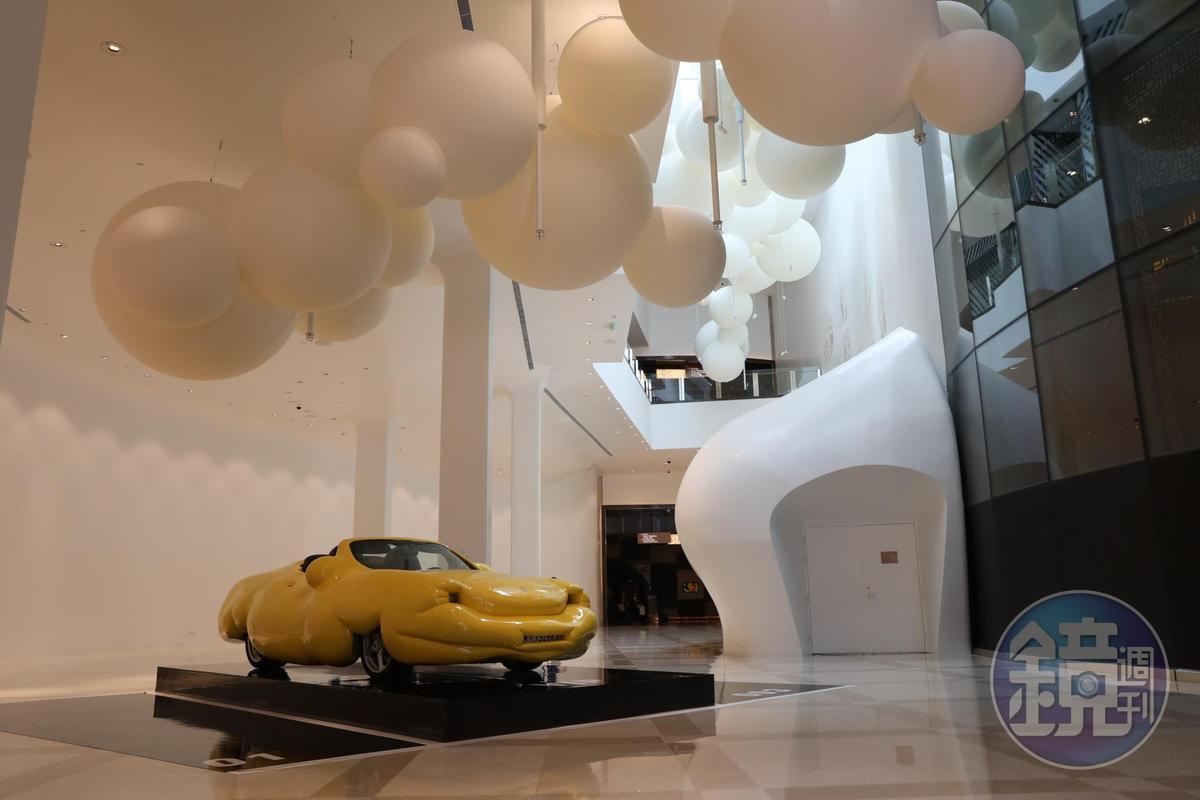 法國藝術家Charles Pétillon的《200 LITOFAIRHOUR》是漂浮空中的雲朵,底下則是雕塑家Erwin Wurm「胖雕塑」系列之保時捷跑車變身的「胖跑」。