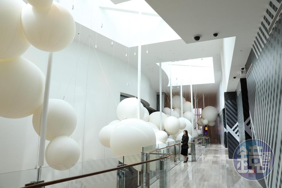 《200 LITOFAIRHOUR》意指每小時200立方米,是安裝這些高達6米的織物雲朵所需的空氣量。