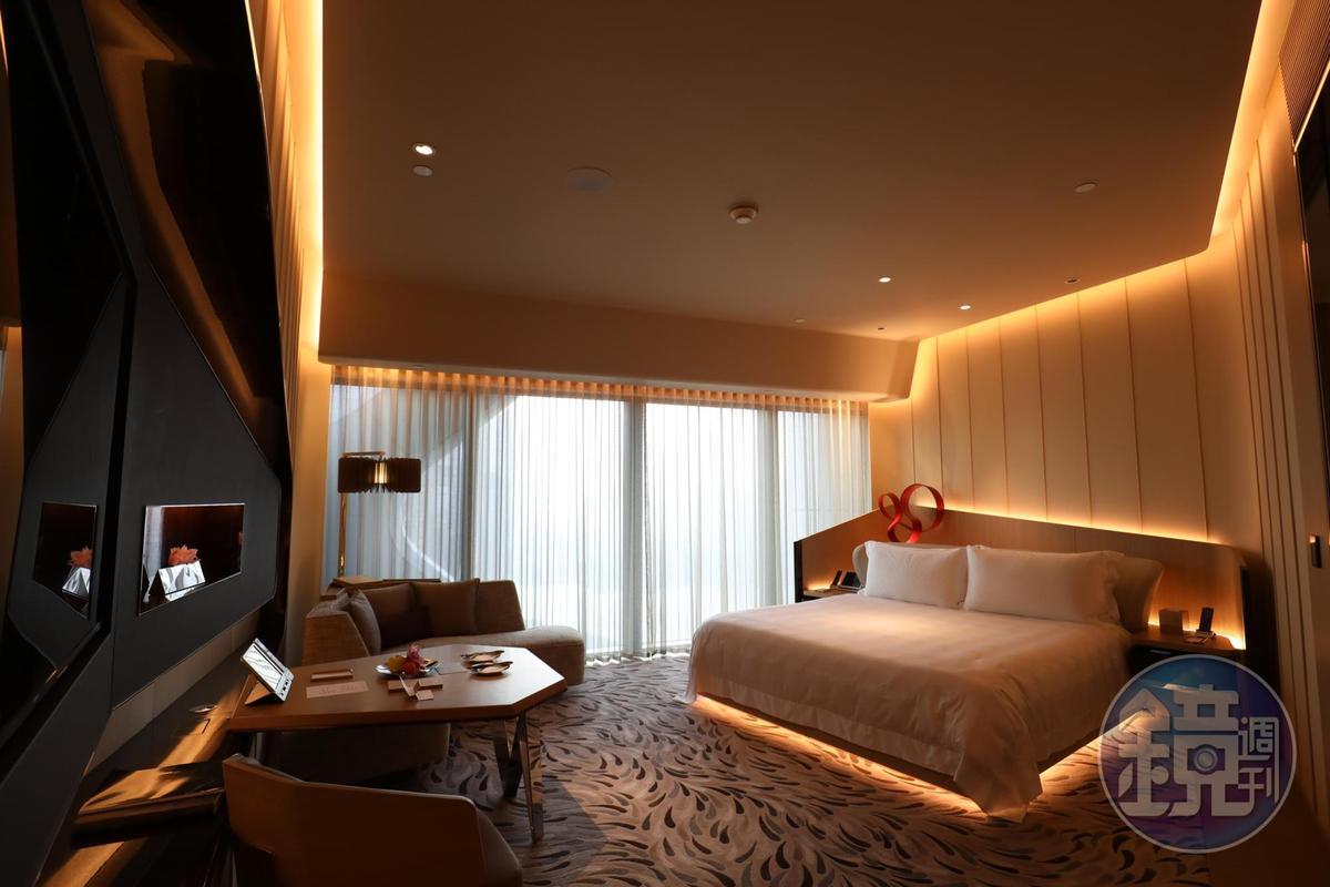 豪華客房的配置兼具休閒與實用性,面積頗大,而且到處都是插座。