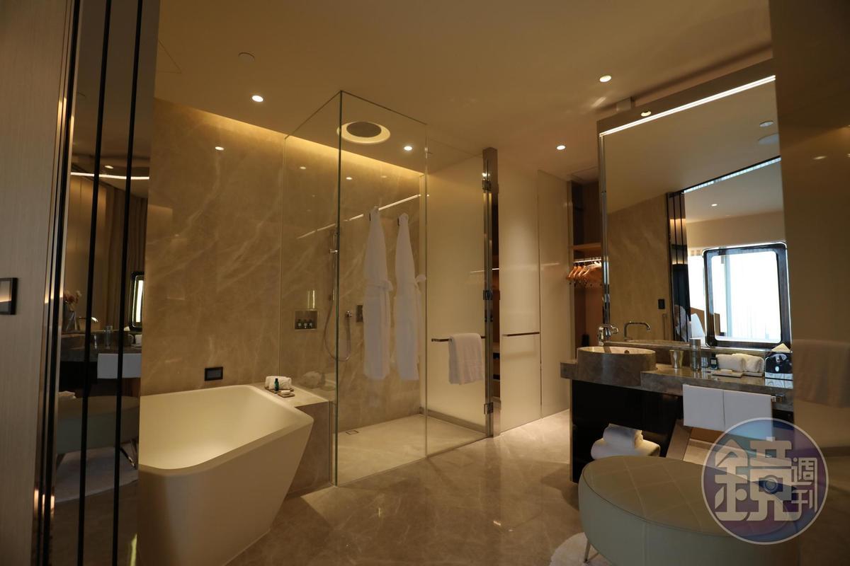 乾濕分離的浴室後方是更衣室,浴缸足以容納2個人。
