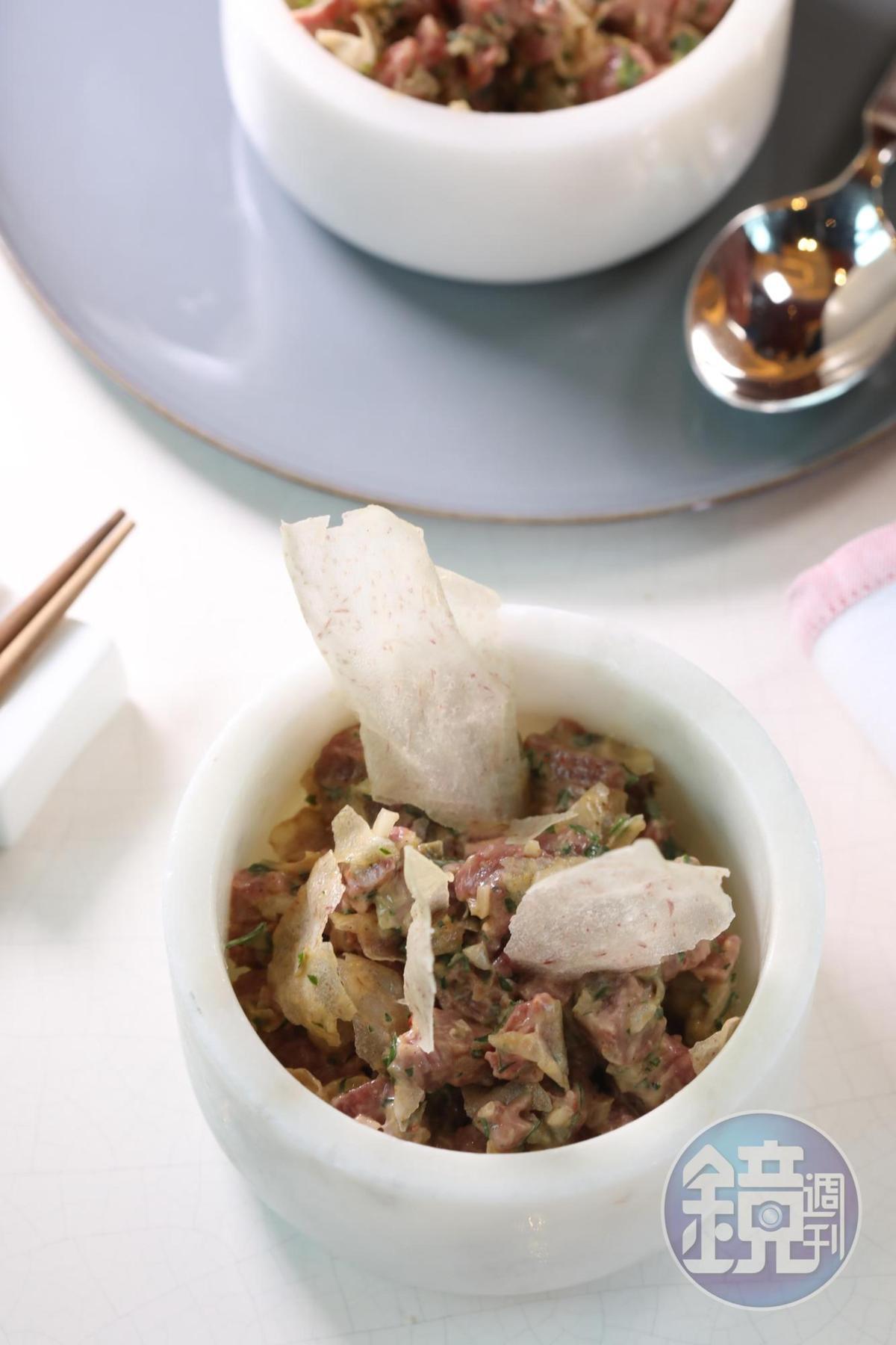 「生牛肉韃靼」以檸檬汁、香菜調味,帶點秘魯風味。(澳門幣148元/份,約NT$565)