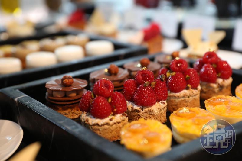 有糕餅界畢卡索之稱的Pierre Hermé,第一次進軍大中華區,在澳門秀出拿手的各式甜點,色彩繽紛,讓人垂涎。
