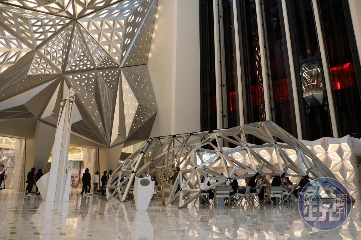 開在摩珀斯酒店大廳的「艾爾曼尚廊Pierre Hermé Lounge」,鋼骨鳥巢的結構,是由札哈哈蒂親手設計。