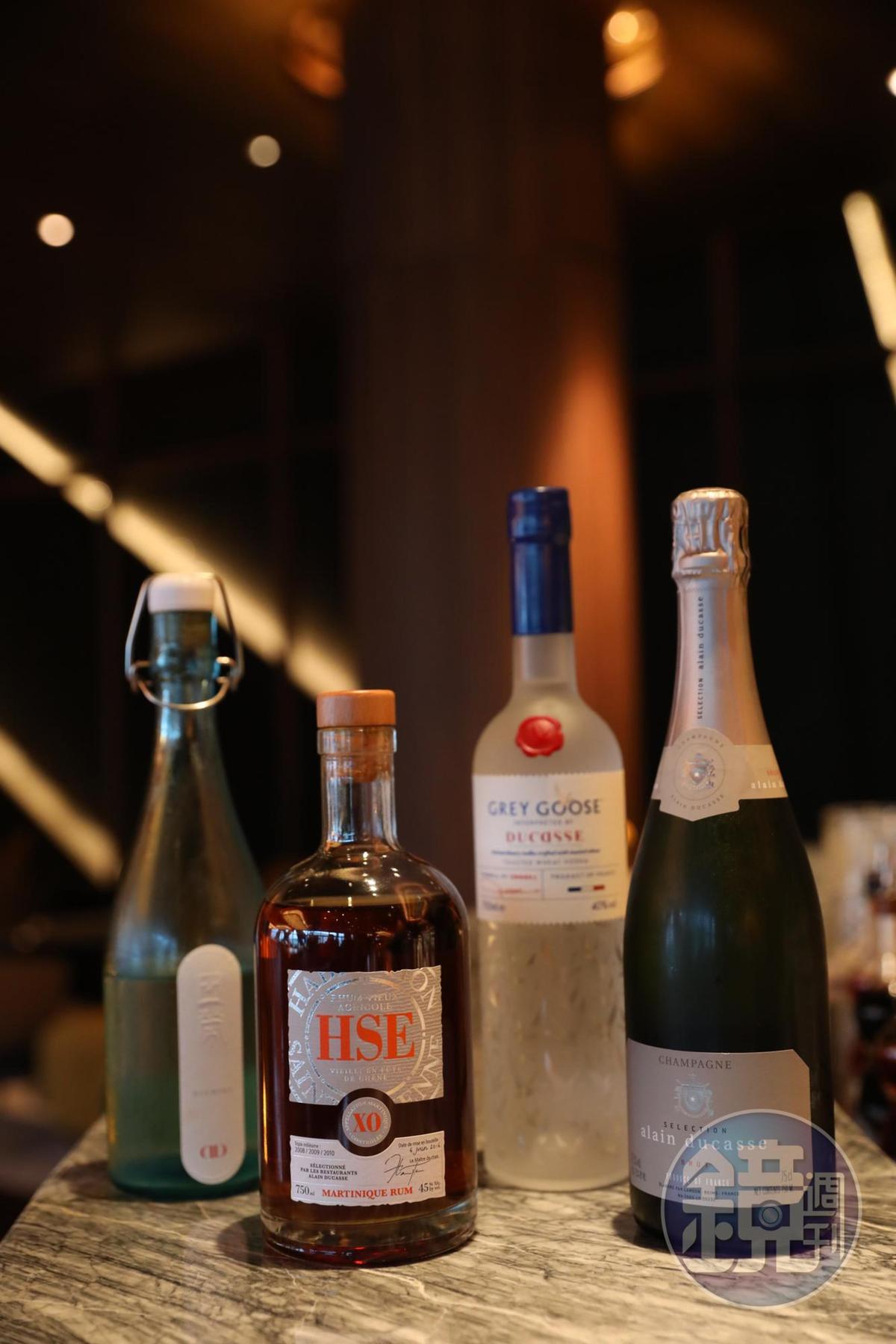 在風雅廚酒吧可以喝到杜卡斯自有品牌的香檳、伏特加、蘭姆酒與清酒。(香檳澳門幣188元/杯,約NT$714;蘭姆酒與伏特加均為澳門幣268元/杯,約NT$1,018;清酒澳門幣208元/杯,約NT$790)