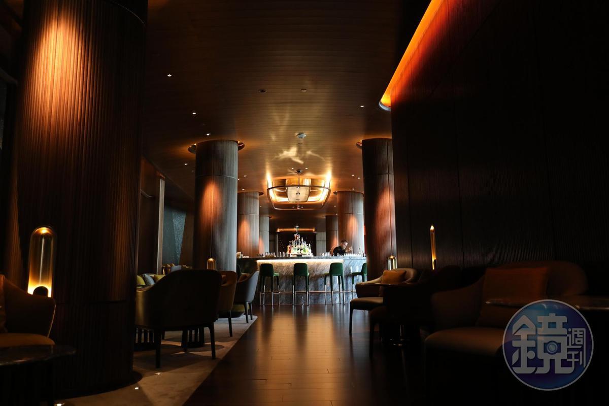 酒吧區優雅沉穩,與用餐區的風格不太相同。