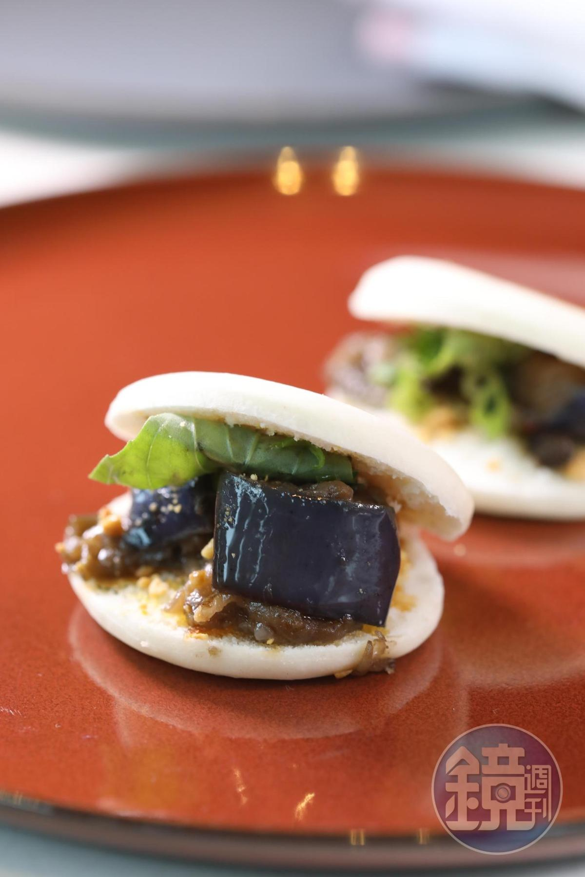 餐前小食是源自西安的「辣椒茄子肉夾饃」,杜卡斯改了些調味,可以說是他的中國印象。